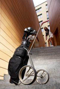 Golf Trolley auf einer Treppe