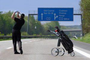 Golf Trolley auf einer Autobahn